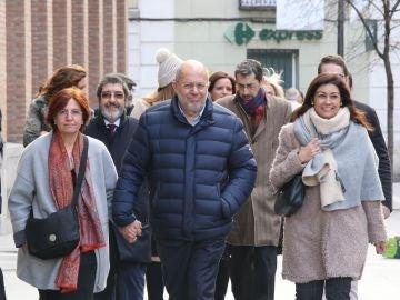 El vicepresidente de la Junta, Francisco Igea, acompañado de su esposa y de los altos cargos de la Consejería y de Ciudadanos en las Cortes, a su llegada al juzgado de instrucción número 5 de Valladolid para declarar por un presunto delito leve de amenazas