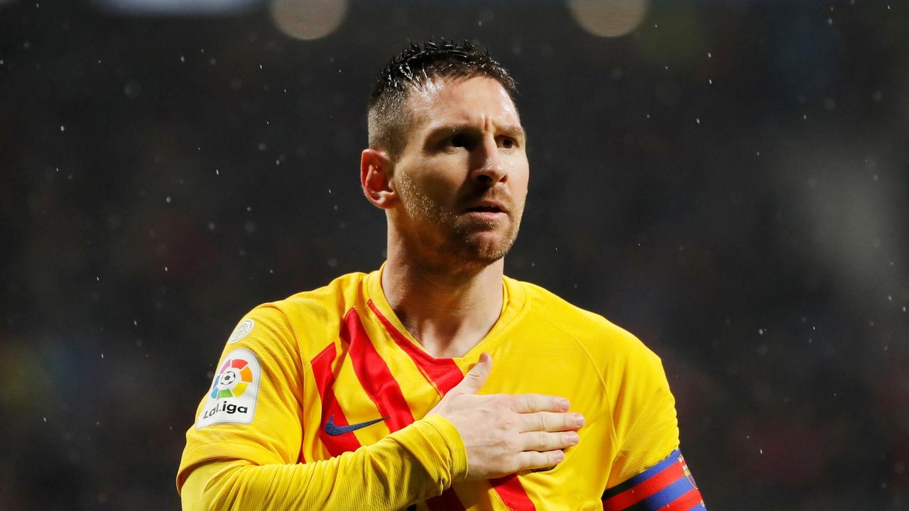 Leo Messi se toca el escudo para celebrar uno de sus goles con el Barça