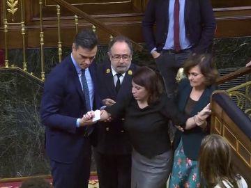 Adriana Lastra (PSOE) tropieza y cae al votar en el Congreso: sufre un esguince de tobillo