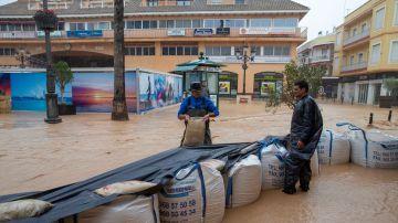Dos vecinos del municipio de Los Alcázares hacen un dique de contención