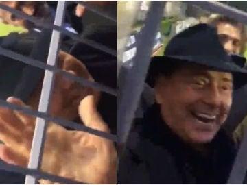 Silvio Berlusconi charla con unos aficionados