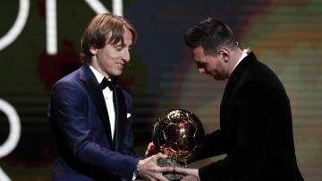Leo Messi con Luka Modric.