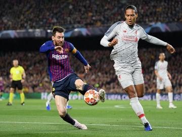 Messi intenta zafarse de Van Dijk