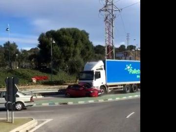 Un camión arrastra un coche