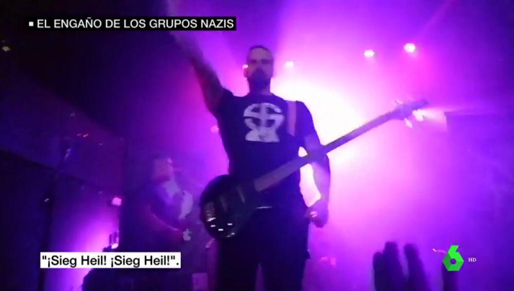 Imagénes del concierto neonazi en la sala Caracol: los saludos hitlerianos y las camisetas con esvásticas que se vieron