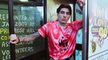 Hector Bellerín posa con la camiseta del Fondo Mundial para la Naturaleza