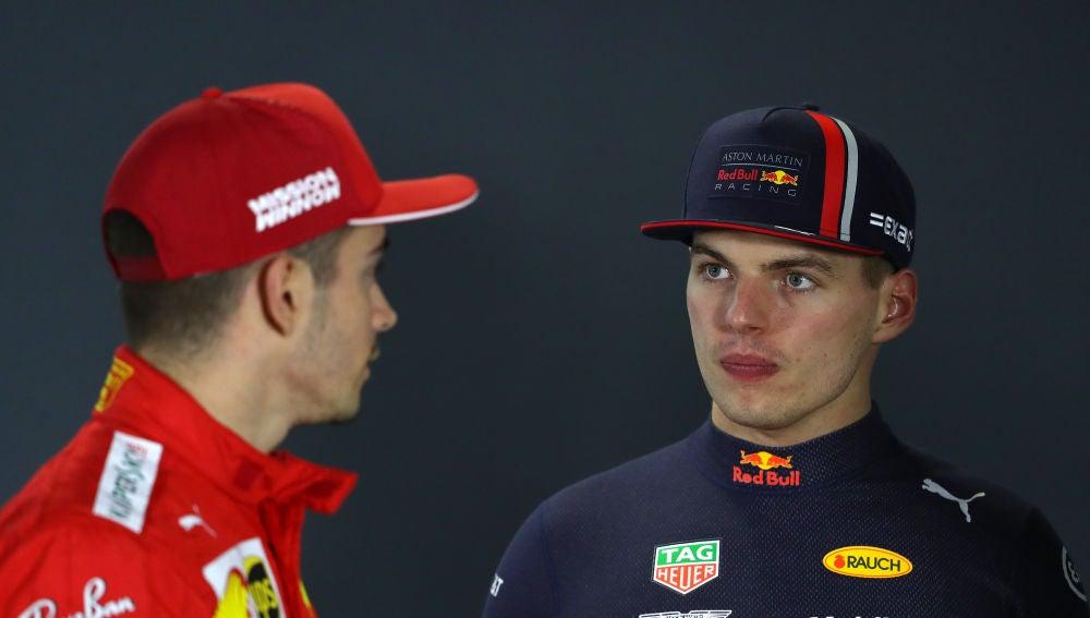Verstappen habla con Leclerc