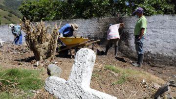 Imagen de la fosa en la que han encontrado más de 50 presuntas víctimas de falsos positivos en Colombia