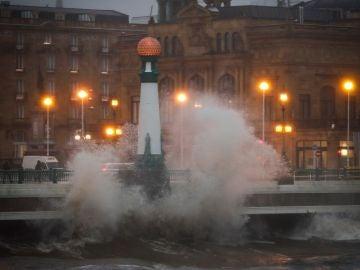 Una ola rompe comtra el puente del Kursaal de San Sebastián