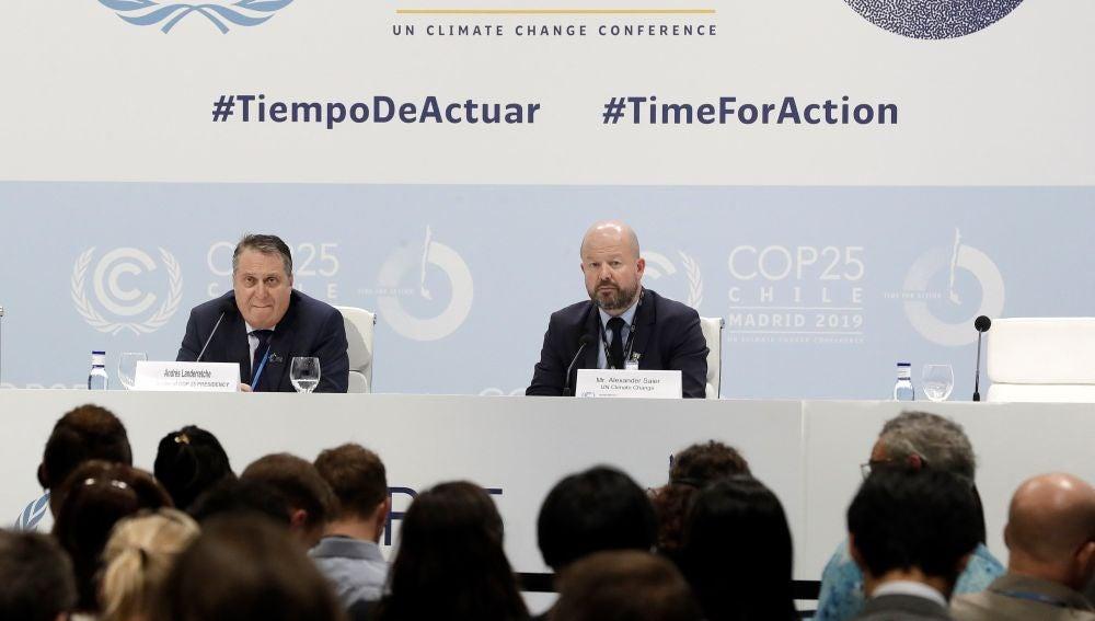 Alexander Saier (d), jefe de prensa de Naciones Unidas, y el coordinador de la delegación chilena en la COP25, Andrés Landarretche