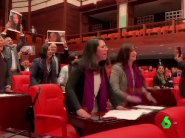 Un grupo de diputadas turcas entona el himno 'Un violador en tu camino' en el Parlamento