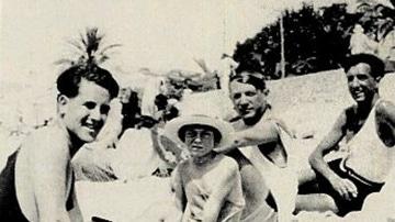 Manuel Ángeles, a la derecha, en la playa con Picasso, su hijo Pablo y Maurice Sachs