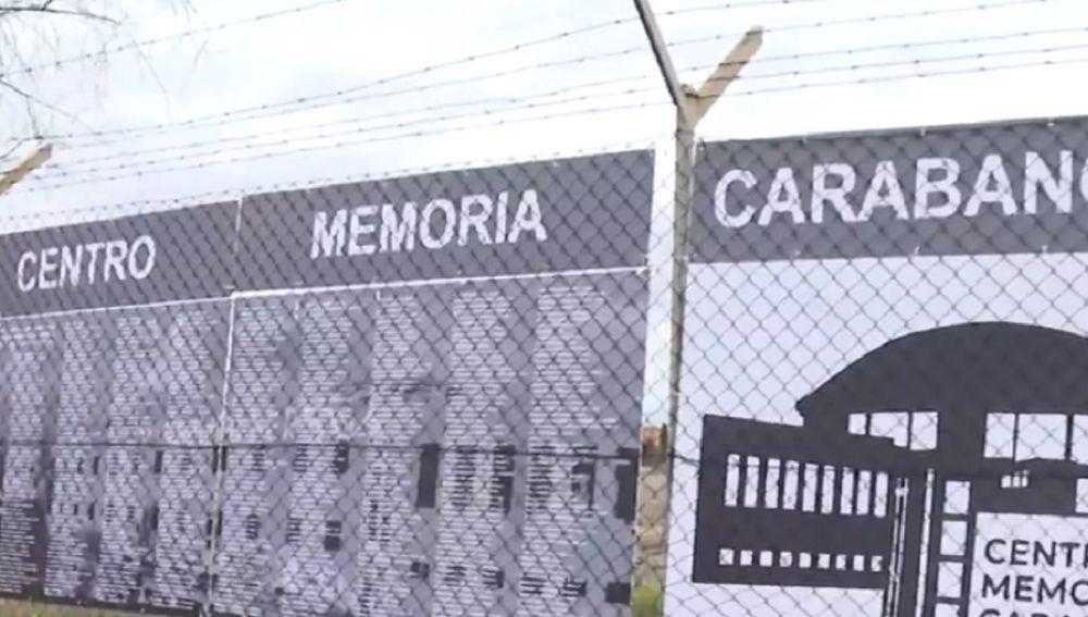 Imagen de la placa por los presos políticos en Carabanchel