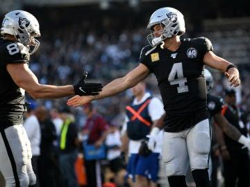 Carr y Moreau, de los Oakland Raiders
