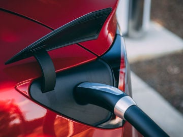Cargando un coche eléctrico