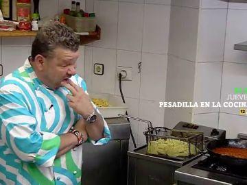 """Alberto Chicote come """"de pena"""" en 'El Rincón de Montse': """"Las croquetas son de hormigón"""""""