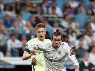 Bale conduce el balón ante la presión de De Bruyne