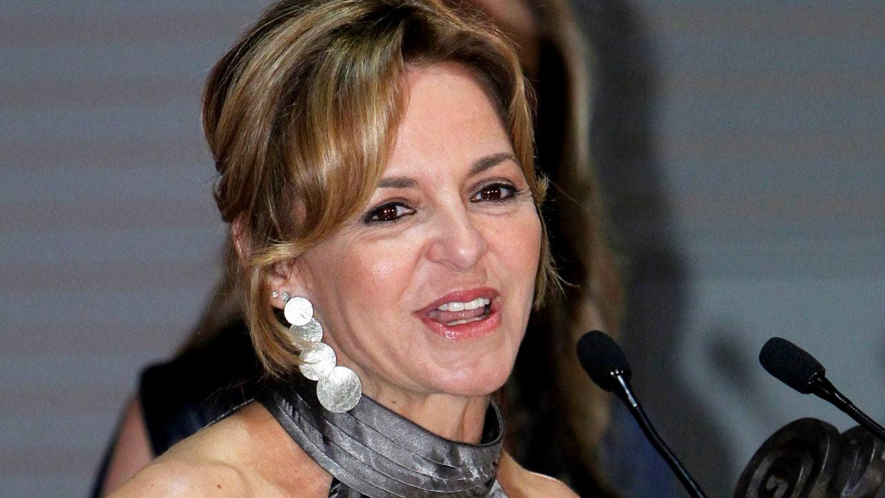 La periodista Almudena Ariza tras recibir un premio.