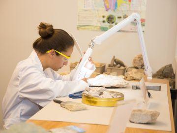 Imagen de archivo de una mujer científica trabajando.