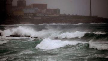 La playa de Riazor, en Galicia, con fuerte oleaje.
