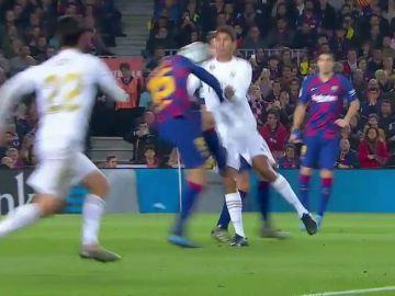 Posible penalti de Lenglet a Varane
