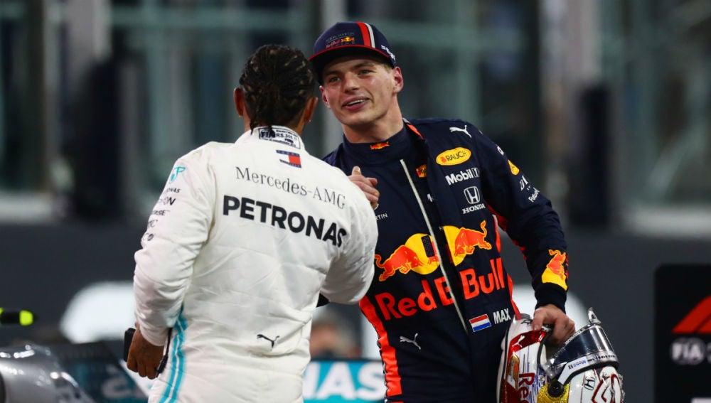Max Verstappen saluda a Lewis Hamilton