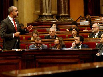 El conseller de Interior, Miquel Buch, responde a una pregunta en la sesión de control del Parlament