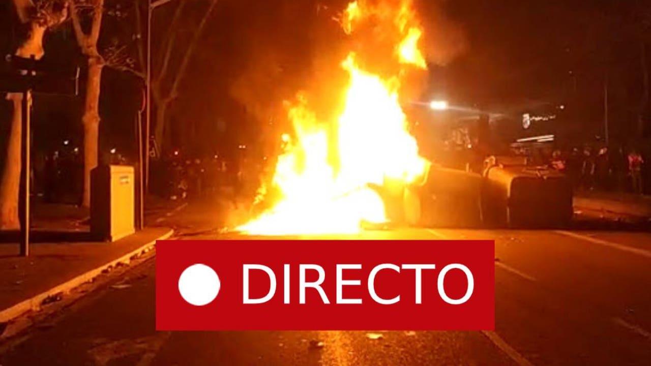 Barcelona - Real Madrid   Incidentes: La policía carga contra los manifestantes fuera del Camp Nou tras el partido de fútbol, en directo