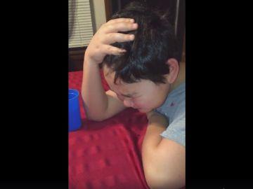 La emotiva reacción de un niño al tomar su última pastilla.