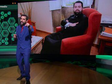 Dani Mateo y el parroco Francisco Rafael Gómez-Canoura