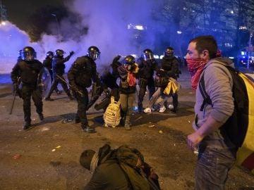 Momentos de tensión entre Mossos y manifestantes radicales durante el Clásico