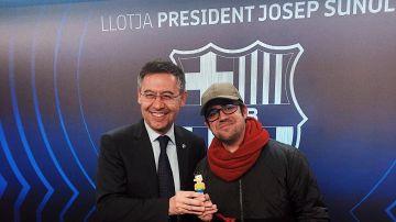 Bartomeu y el youtuber AuronPlay posan con una figura de Nobita
