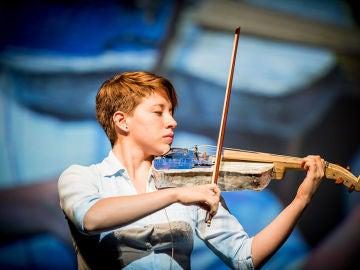 Una de las integrantes de la orquesta Cateura tocando el violín