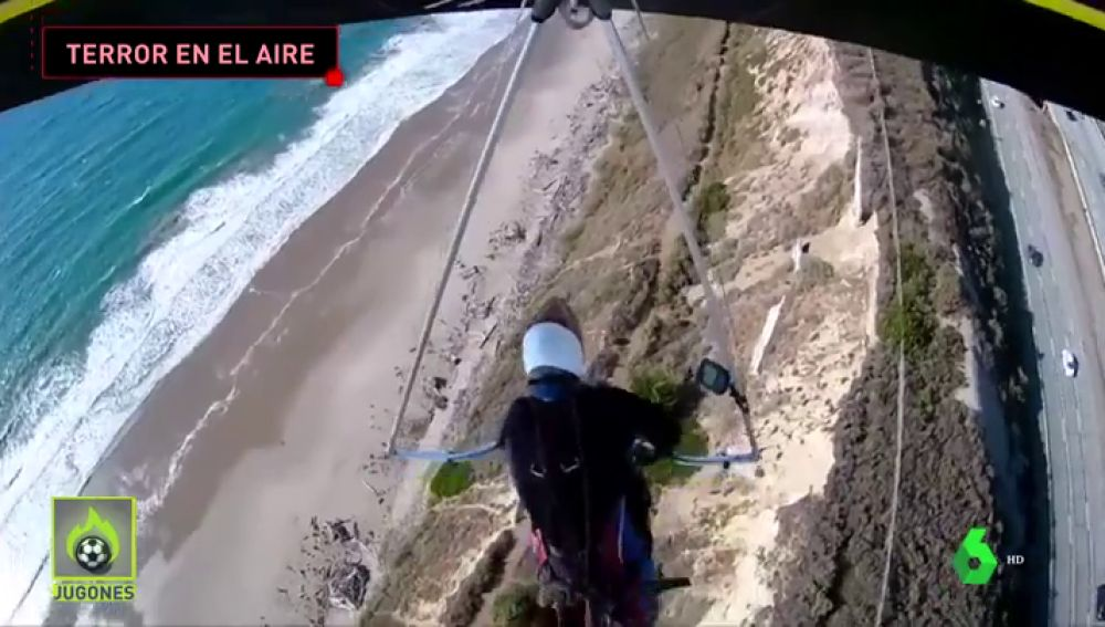 El agónico momento en el que se rompe el arnés de un piloto de ala delta en pleno vuelo