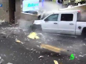 Impactantes imágenes: un coche se estrella contra el mostrador de un aeropuerto de Florida a 160 km/h