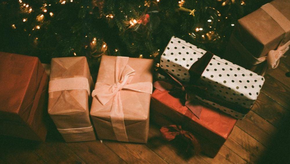 Regalos de Navidad debajo el árbol