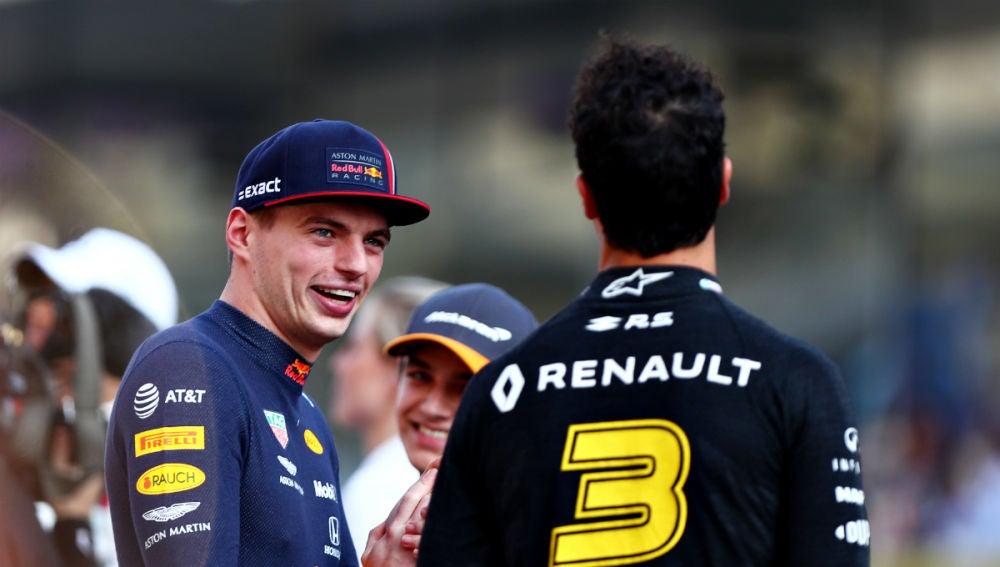 Max Verstappen charla con Daniel Ricciardo