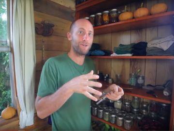 Imagen del activista Rob Greenfield con comida que él ha cultivado