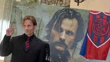 Viggo Mortensen, en una foto de archivo con la bandera de San Lorenzo