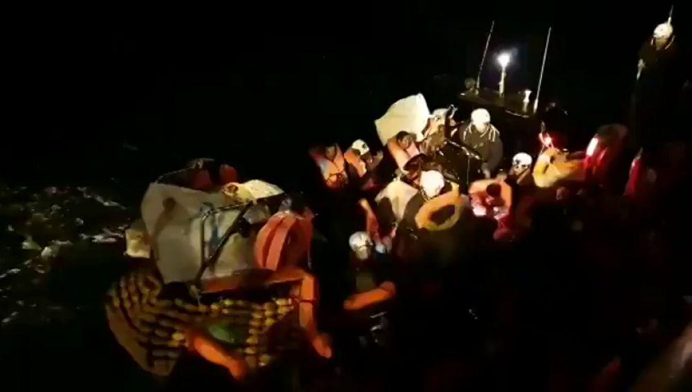 Imagen de los migrantes rescatados por el 'Ocean Viking'