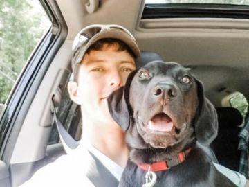 Nick Abbott con Emerson, el perro con sordera adoptado.