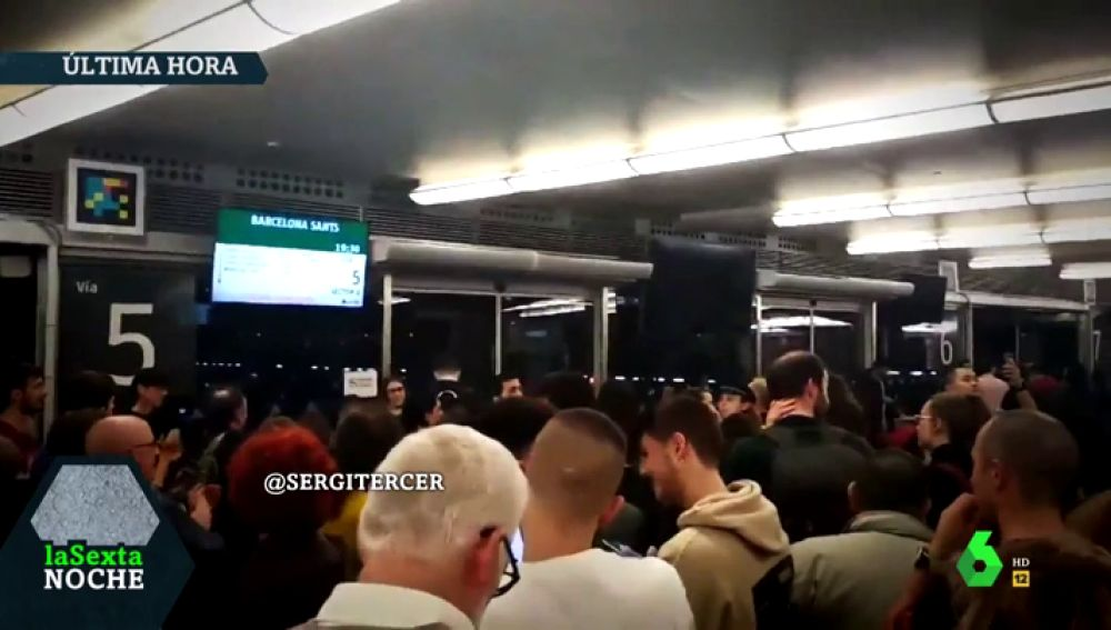 """Caos e indignación en Atocha por la avería que ha paralizado durante horas a varios trenes AVE: """"¡Que salga ya!"""""""