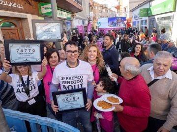 Imagen de vecinos de Murcia celebrando que les ha tocado la lotería