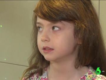 Imagen de la niña que encontró una nota de socorro en una tarjeta de Navidad