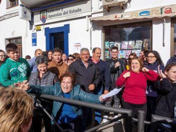 Un grupo de vecinos celebra el segundo premio de la Lotería de Navidad