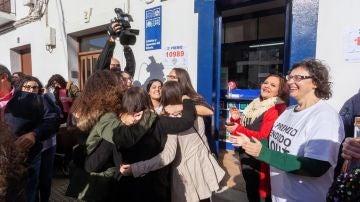 Un grupo de vecinos de la localidad pacense de Fuente del Maestre, celebran haber sido agraciados con 10.989, el segundo premio