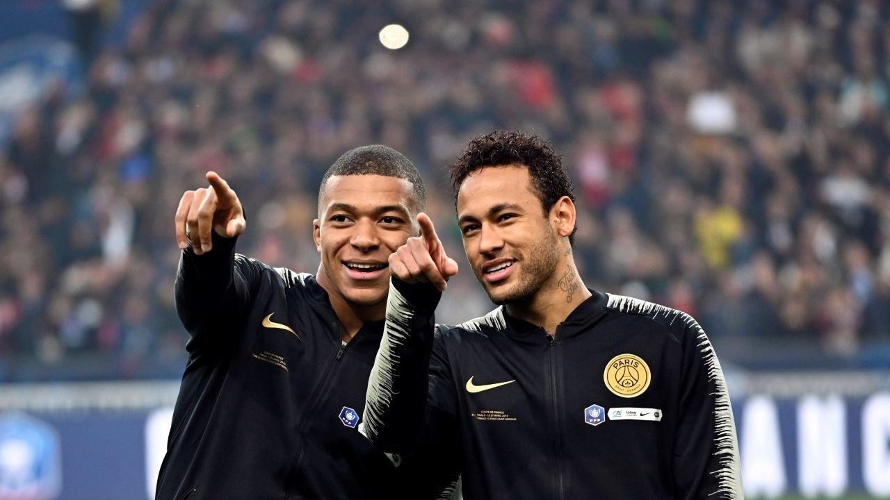 Mbappé y Neymar señalan a la grada durante un partido del PSG