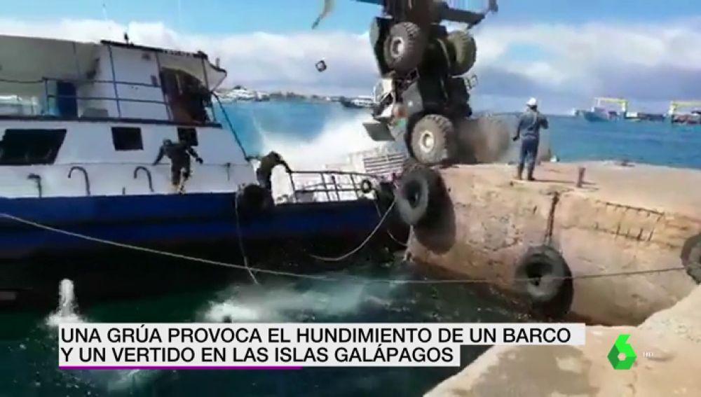 Una grúa provoca el hundimiento de un barco y un vertido en las Islas Galápagos