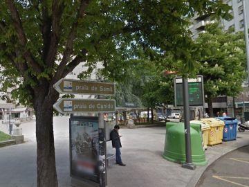 Contenedores de la plaza Eugenio Fadrique, en Vigo, donde la Policía localizó 140 cajas de medicamentos.