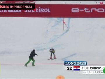 Pudo acabar en tragedia: un esquiador esquiva a 100 km/h a una persona en plena meta